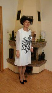 mama pana młodego w sukience na wesele