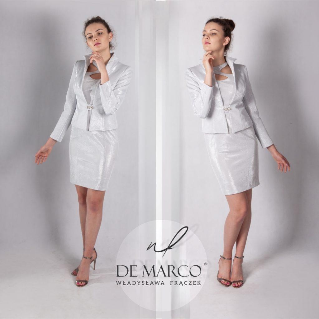 Srebrny komplet żakiet z sukienką dla mamy wesela szyty na miarę we Frydrychowicach. Oprócz kreacji weselnych szyjemy również: Płaszcze do sukienek, garsonki i kostiumy damskie, sklep internetowy De Marco z ekskluzywna odzieżą damską.