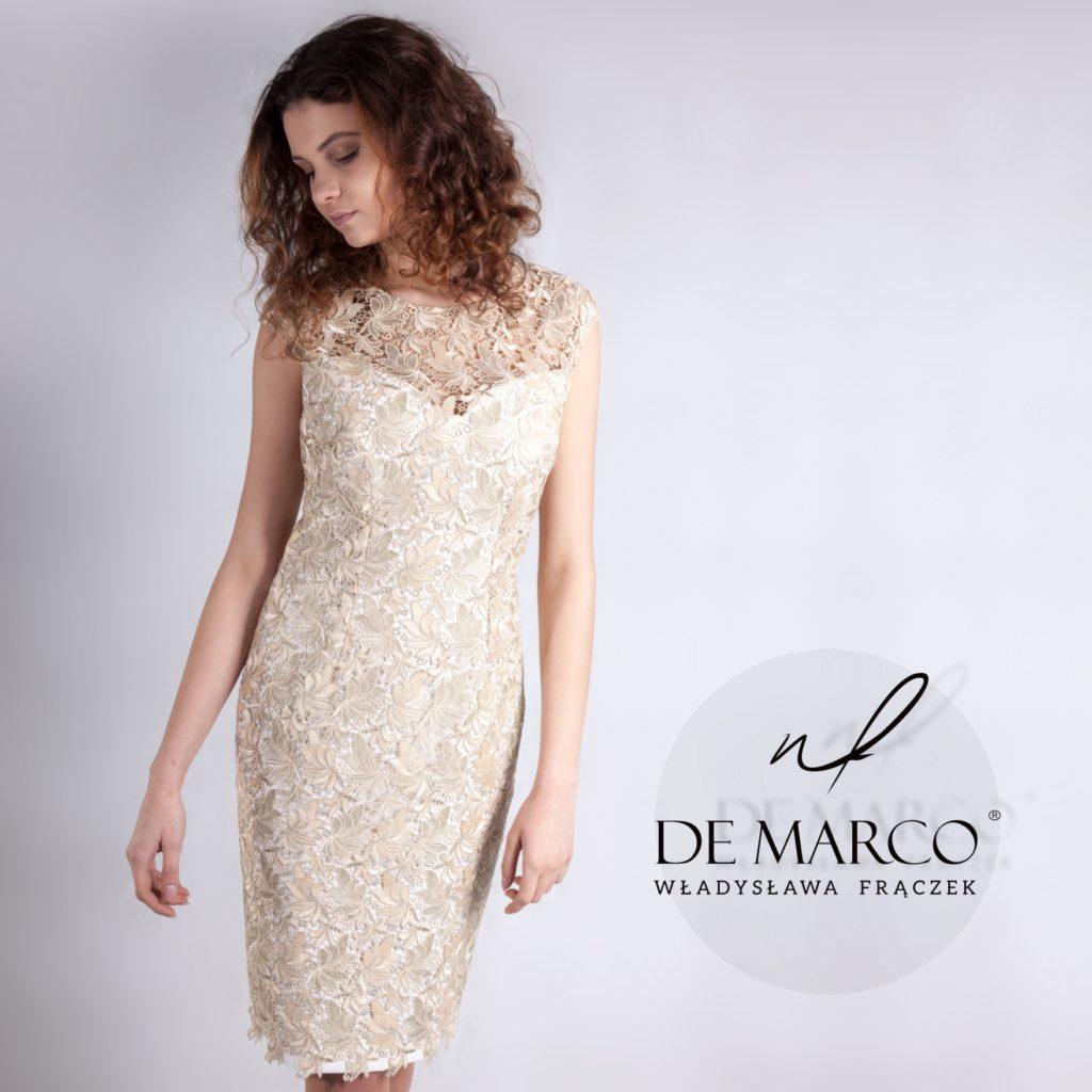 Złota koronkowa sukienka dla mamy wesela szyta na miarę. Sklep interetowy De Marco. Wesele w królewskim stylu. Mama wesela to królowa.