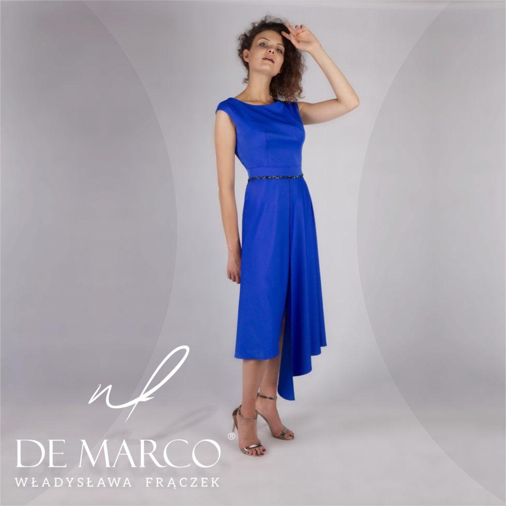 Szafirowa asymetryczna sukienka dla mamy weselnej. Kreacja z pazurem od projektantki mody spod Krakowa.