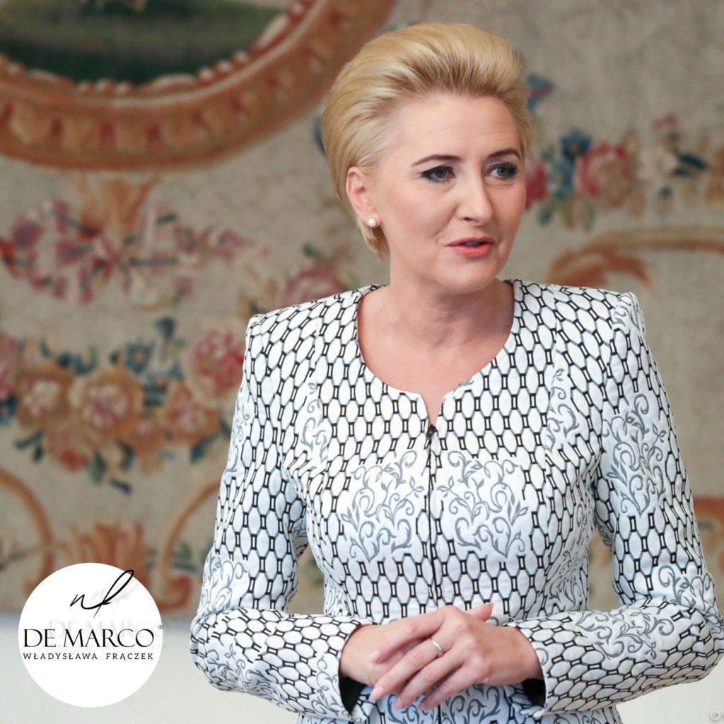Styl Agaty Dudy. Najlepsze jej stylizacje. Kostiumy damskie i garsonki wizytowe, biznesowe od projektantki Pierwszej Damy W. Frączek. De Marco sklep internetowy, w którym ubiera się prezydentowa.