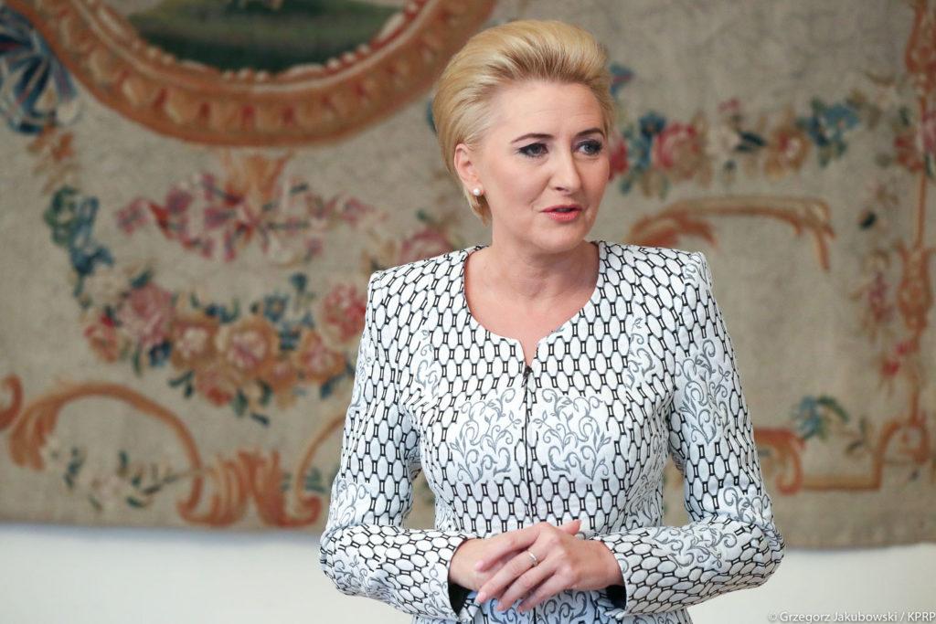 Najpiękniejsze garsonki i kostiumy damskie szyte na miarę u projektantki ubrań Agaty Dudy W. Frączek. Obejrzyj kolekcję damskiej odzieży wizytowej, dyplomatycznej i biznesowej De Marco.