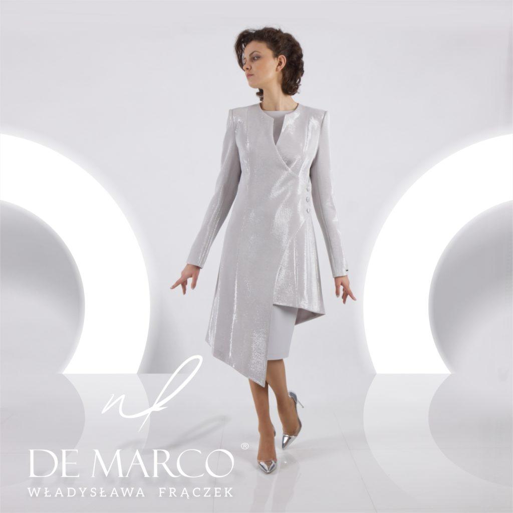 Komplet srebrna sukienka z płaszczem na wesele dla mamy Pana Młodego lub Panny Młodej. Szycie na miarę w Atelier W. Frączek De Marco.