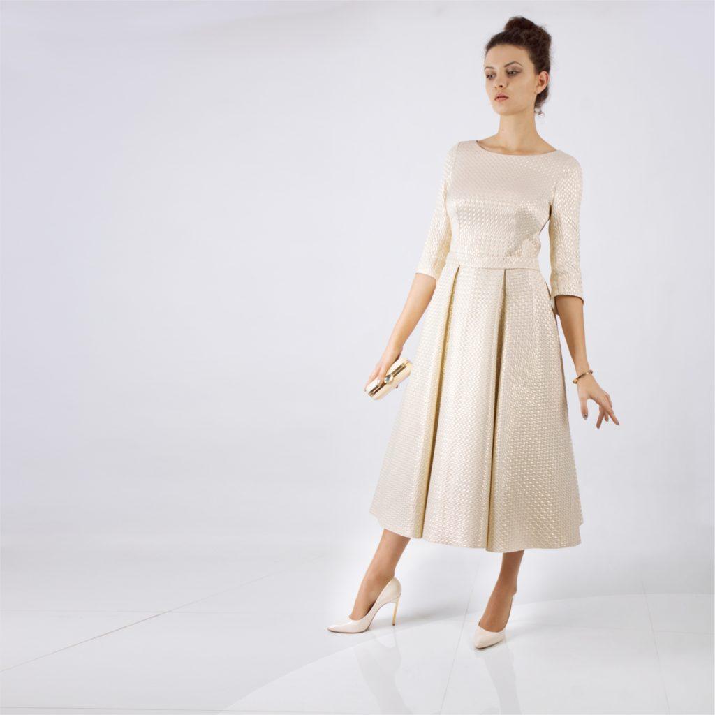 Złota sukienka.  Kolorystyka świątecznej stylizacji. Typ sylwetki gruszka – jakie stylizacje są najkorzystniejsze. W jakiej sukience wystąpić na świątecznych uroczystościach.