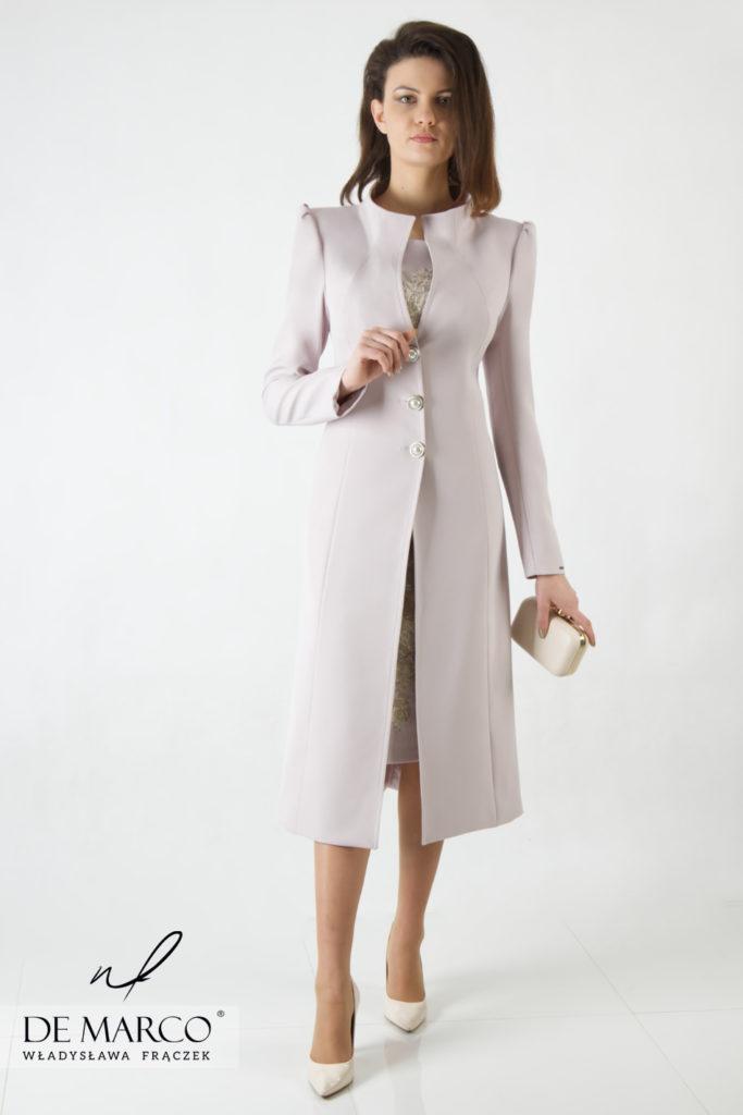 Luksusowy płaszcz do sukienki idealny na wytworne wesele dla mamy panny młodej lub pana młodego. Beżowy kolor pozwala płaszczyk użyć również podczas wizyt służbowych czy dyplomatycznych.