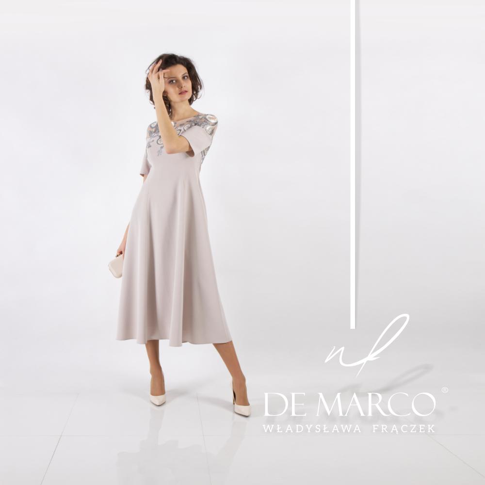 Elegancka beżowa sukienka dla mamy wesela. Najpiękniejsze stylizacje na ślub dziecka od projektantki z Małopolski.