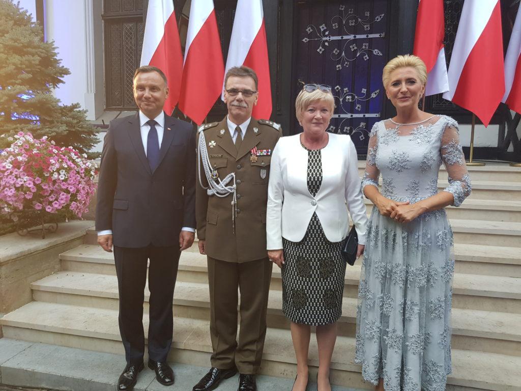 Kostiumy i garsonki w dyplomacji.
