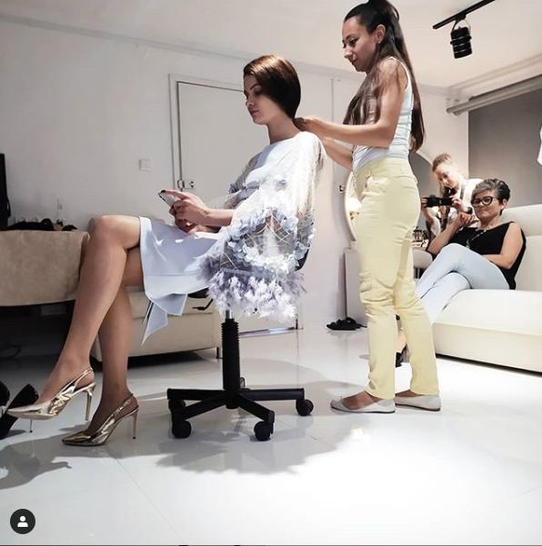 Podczas sesji zdjęciowej ekskluzywnej odzieży De Marco. Ekskluzywna sukienka od projektanta z noweli linii Premium.