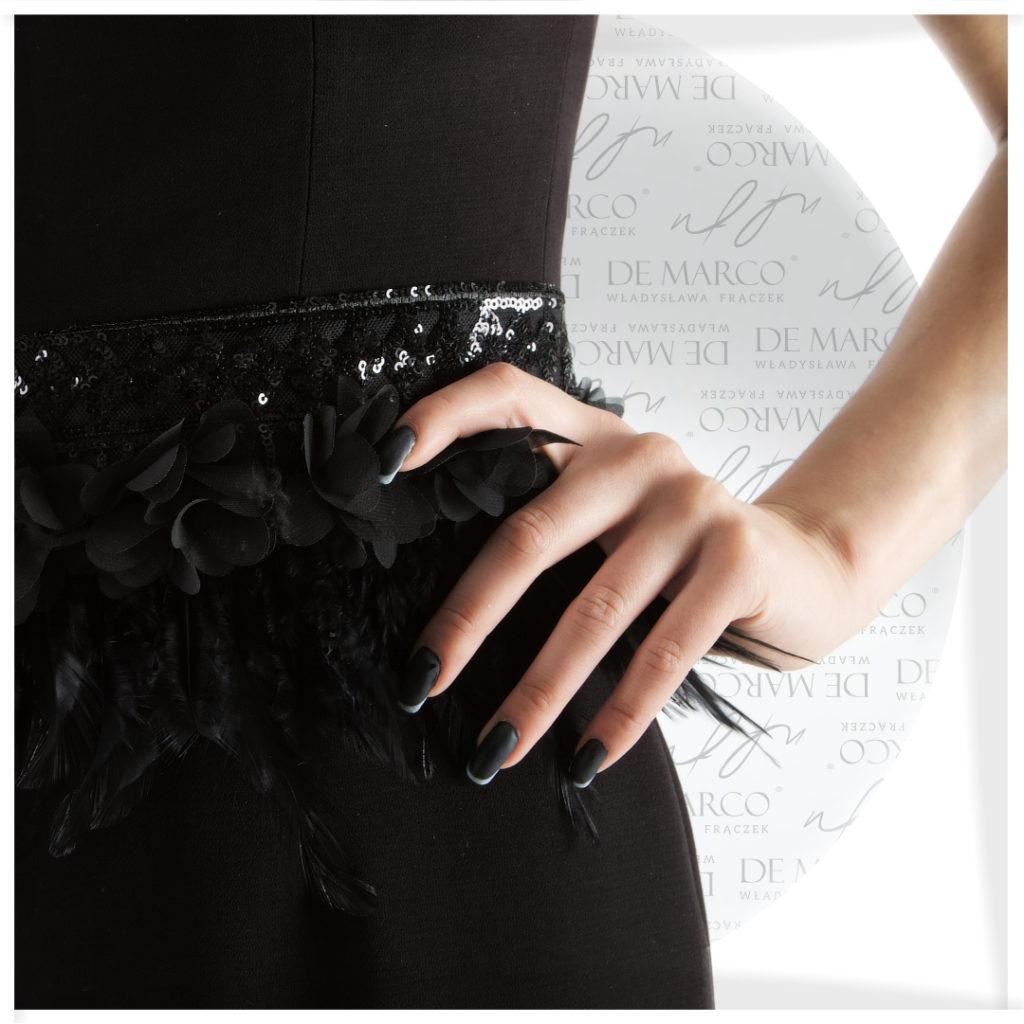 Elegancka mała czarna z piórami.