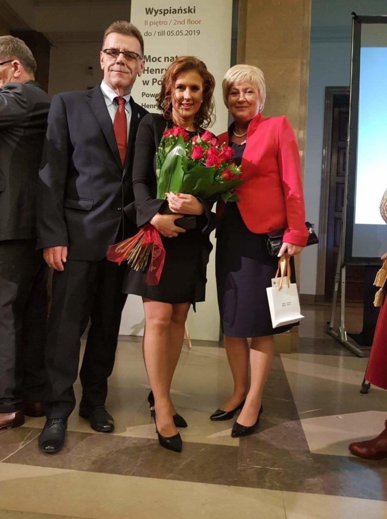Sz.P. Generałowa Kowalska w czerwonym żakiecie z De Marco.