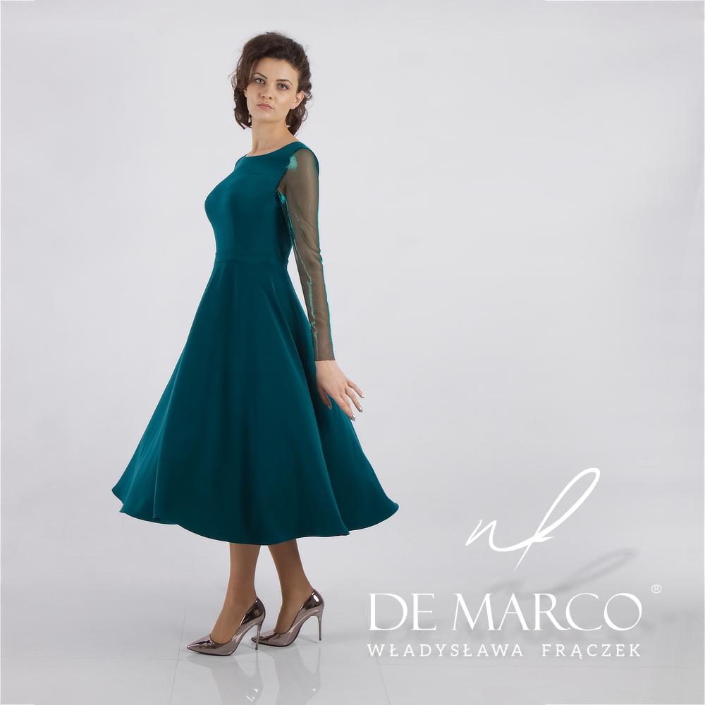 Zielona sukienka do połowy łydki z rękawami z siateczki.