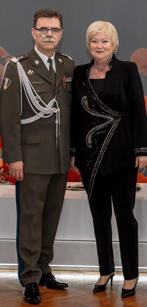 Pan gen. dyw. Sławomir Kowalski oraz małżonka generała Pani Anna Kowalska. Wieczorowe garnitury damskie