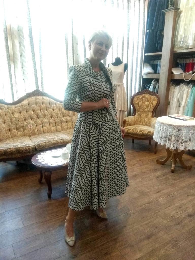 Gdzie ubierają się gwiazdy? Iwona Gibas w sukience z żakietem od polskiej projektantki.
