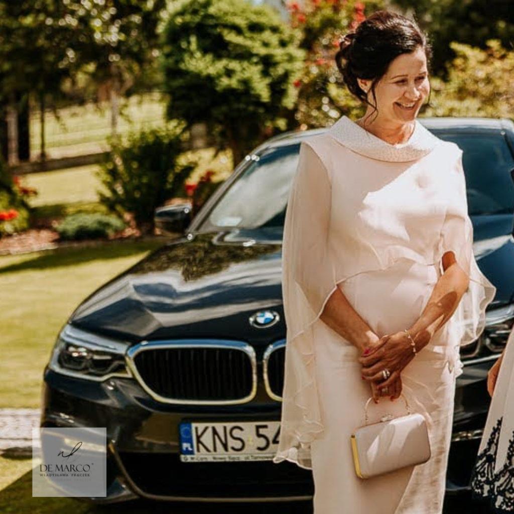 Łososiowa najpiękniejszą sukienka na wesele dla mamy szyta na zamówienie w De Marco.