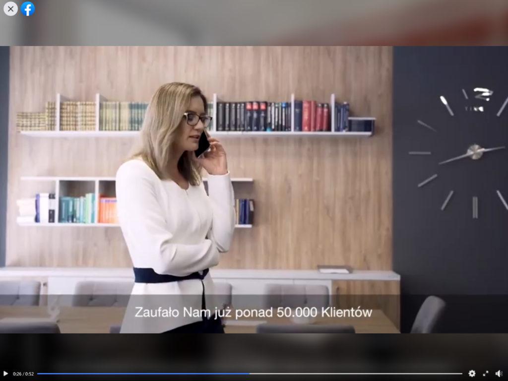 Śmietanowy żakiet z granatową spódnicą, Taką stylizację wybrała Anna Bufnal Radca Prawny Michała Wiśniewskiego do swojej kampanii reklamowej.