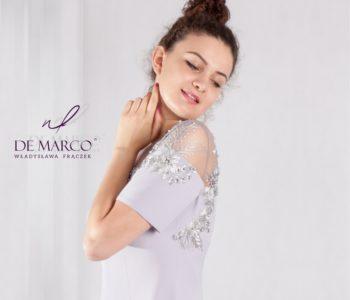 Sukienka na wesele z koronkowym rękawem.